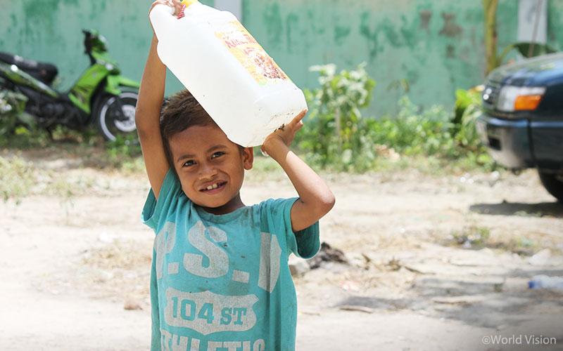 이번 재난에 가장 큰 피해를 입은 지역인 시기(Sigi) 및 팔루(Palu) 지역을 대상으로 417개 거주지 보수 키트와 약 646리터의 식수를 전달하였습니다. (출처: 월드비전)
