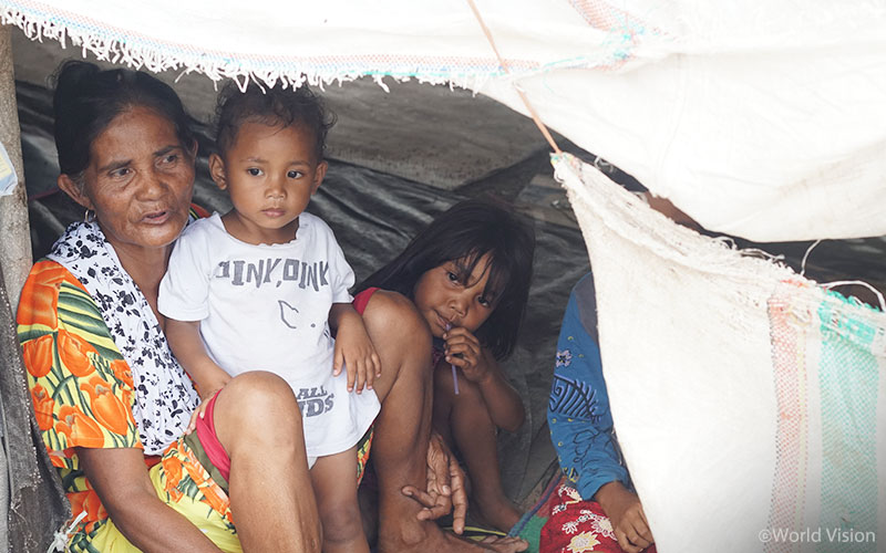 지진과 쓰나미로 피해 입은 지역 주민들은 여전히 열악한 환경에서 힘겨운 하루를 이겨내고 있습니다. (출처: 월드비전)