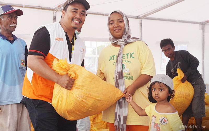 월드비전은 팔루(Palu)와 시기(Sigi)지역에서 총 314개 가정 (약 1,256명)에게 식량을 지원하였습니다. (출처: 월드비전)