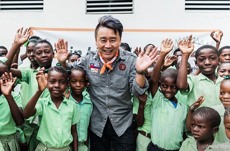 아이티를 방문하여 아이들과 함께 한 이광기 홍보대사