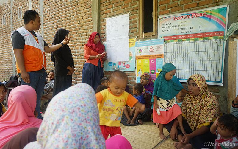 ▲ 피해 지역 5세 미만 아동과 산모를 대상으로 영양 및 보건교육을 진행하는 월드비전 직원의 모습 (출처: 월드비전)