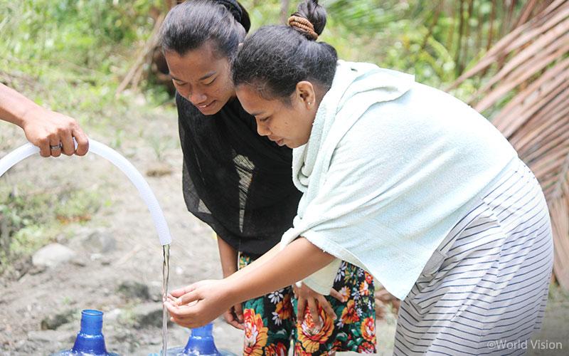 ▲ 월드비전의 식수 보급 현장에서 물을 받는 피해 가정의 모습 (출처: 월드비전)