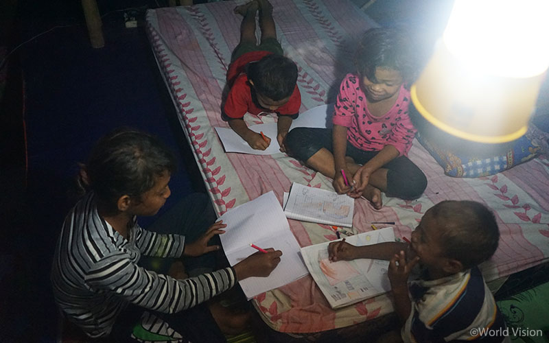 ▲ 국내 난민 캠프 텐트에서 생활하는 아이들은 월드비전이 지원한 랜턴으로 인해 해가 지고 난 후에도 마음껏 공부할 수 있게 되었습니다. (출처: 월드비전)