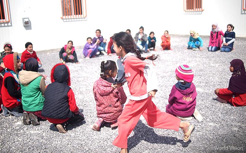 ▷ 요르단 아즈락 캠프 평화센터에서 친구들과 어울려 노는 아이들