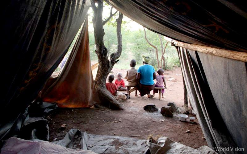 ▲ 짐바브웨 홍수 피해로 임시 텐트에 거주 중인 가족 (사진 출처: 월드비전)