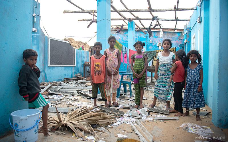 ▲ 사이클론의 영향으로 폐허가 된 학교에 서 있는 푸리(Puri) 지역 학생들 (사진 출처: 월드비전)