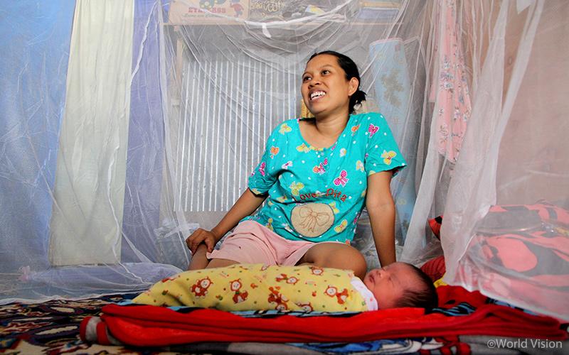 ▲ Idarti(32)는 이번에 지급받은 모기장 덕분에 아이가 뎅기열에 걸리는 것을 예방할 수 있게 되어 안심이라고 합니다.