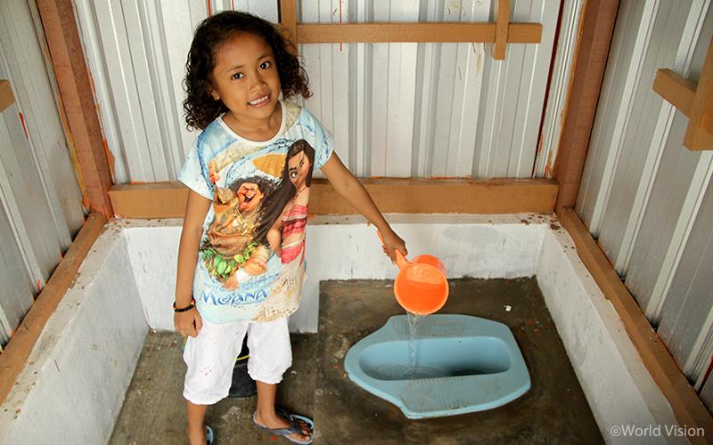 ▲ Sati(9)는 아동에게 적합한 디자인으로 지어진 변소가 생긴 덕분에 예전보다 편하게 화장실을 이용하게 되었습니다. 또 화장실 옆에서 손을 씻을 수 있는 시설이 갖추어져 주민들의 위생 환경이 개선되었습니다.