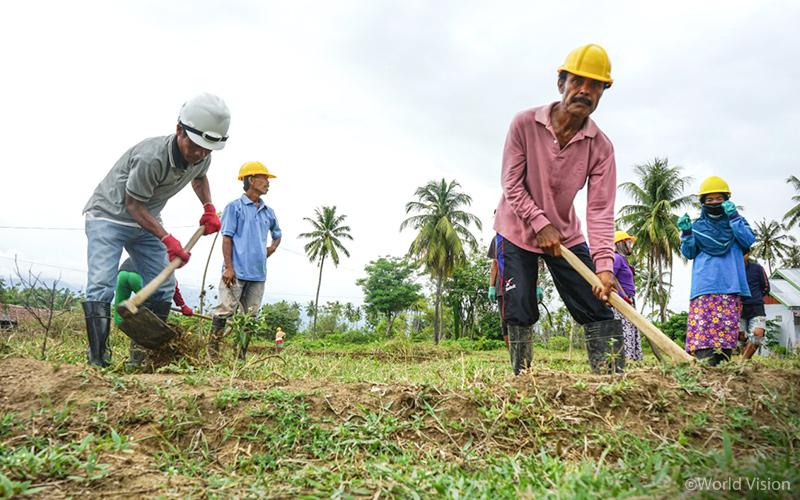 ▲ Taufik(50)과 주민들은 CFW 프로그램의 일환으로 원예농사를 위해 논밭의 잡초를 제거하는 작업을 진행하고 있습니다. 공동체 주민들은 다시금 일을 시작할 수 있음에 감사를 표합니다.