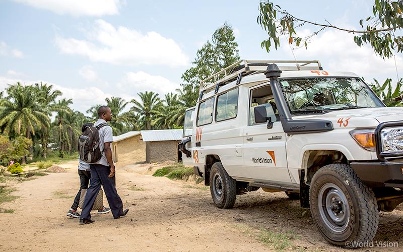 에볼라 피해 지역 주민들을 찾아 다니며 구호 물자를 지원합니다. (사진출처: 월드비전)