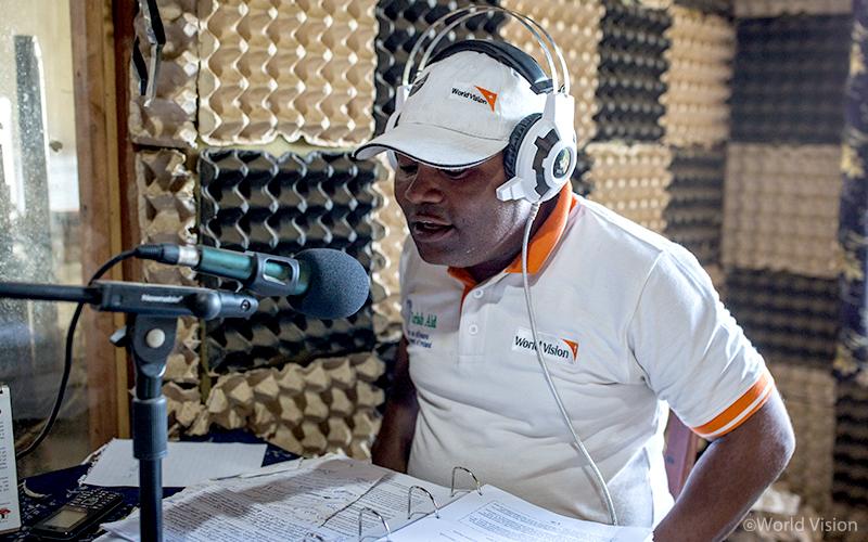 ▲ 라디오 방송을 통해 가능한 많은 사람들에게 에볼라 예방법을 안내합니다(사진출처: 월드비전)