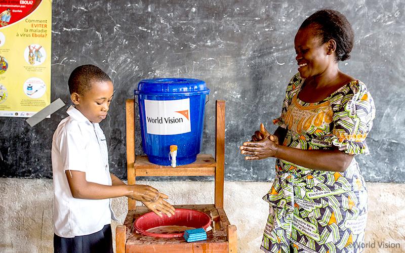 ▲ 위생키트를 이용하여 손 씻기 등 에볼라 예방법을 가르치는 선생님 (사진출처: 월드비전)
