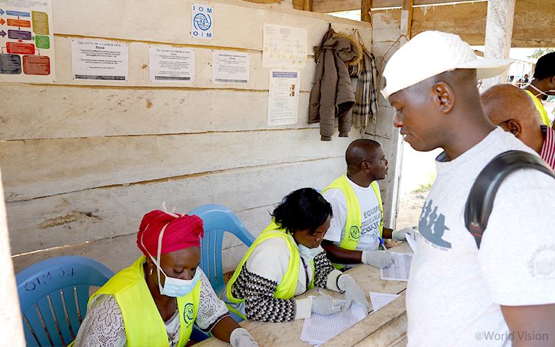 ▲ 여행자 및 차량 운전자의 감염 증세를 조사하는 DRC 보건 당국 (사진출처: 월드비전)