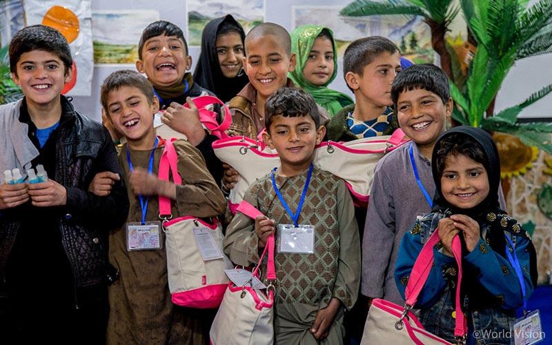 위생용품 키트를 받은 아이들
