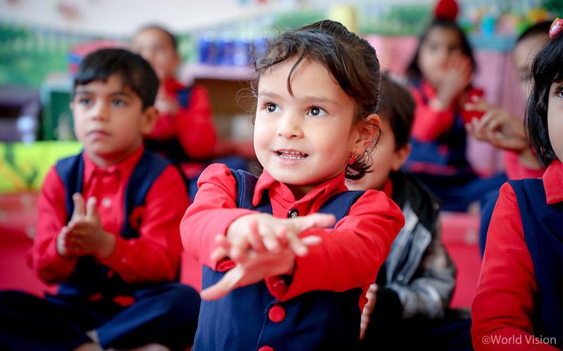 손 씻는 방법을 배우는 아이들