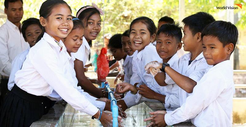 2019년 캄보디아에서 진행된 올바른 손 씻기 교육에 따라 손을 씻고 있는 아이들