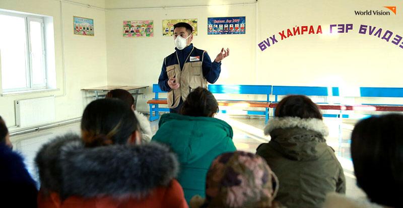 사람들 앞에서 설명하고 있는 봉사자의 모습