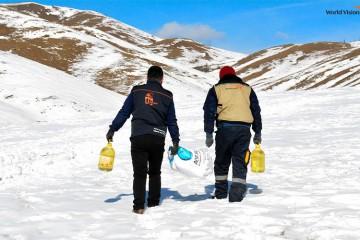 코로나19로 인해 생계의 위협을 받고 있는 취약계층에게 식량을 배송하고 있는 몽골 월드비전 직원들