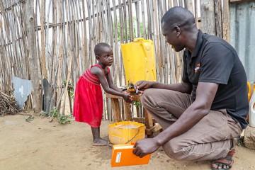 제공한 손씻기 및 위생시설로 손을 씻는 아이의 사진