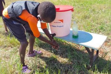 손 씻기 교육을 받고 있는 아동