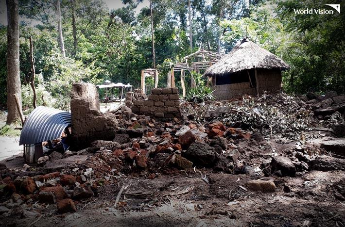 홍수로 인해 붕괴된 건물 모습 사진