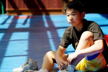 레슬링 연습장에 앉아있는 동호