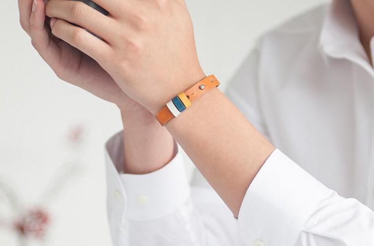 2019년 하루팔찌를 차고 있는 남자의 손목 사진