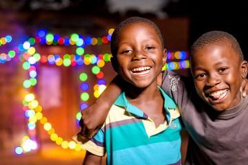 미소짓고 있는 흑인 남아2명