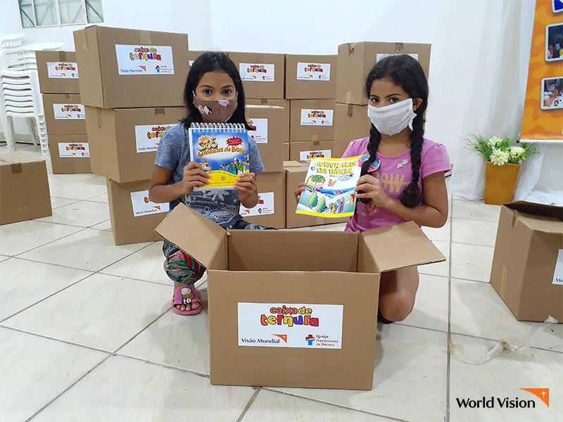교육 자료를 제공받고 즐거워 하는 브라질 후원아동들. 사진
