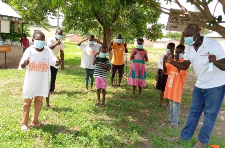 마스크를 쓰고 있는 가나 아동들