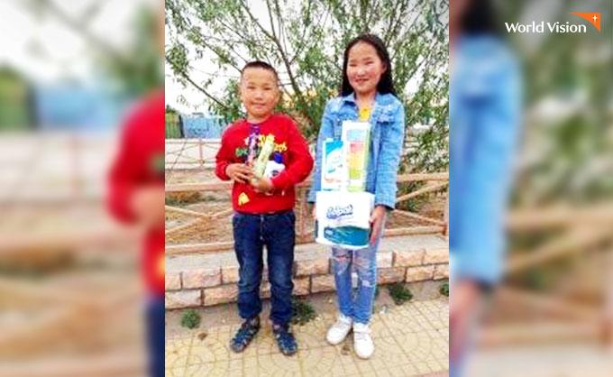 위생용품 선물을 받고 즐거워 하는 아이들. 사진