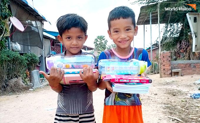 학용품 선물을 받고 즐거워 하는 아이들. 사진