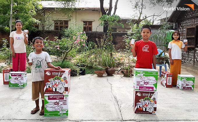 주방용품 선물을 받고 즐거워하는 주민들. 사진