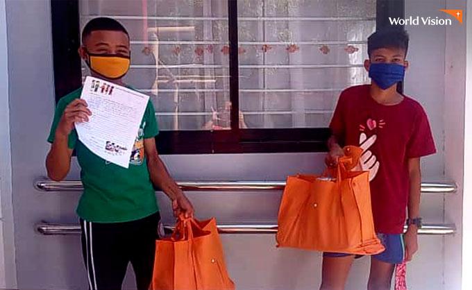 식료품세트 선물을 받고 즐거워하는 주민들. 사진