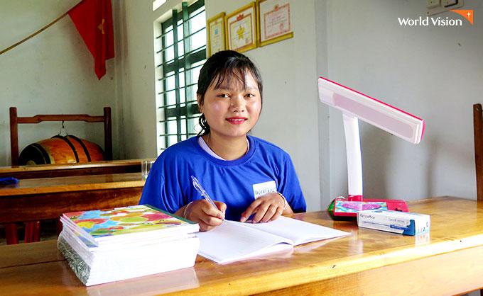 학용품 선물을 받고 더 열심히 공부하겠다는 학생. 사진