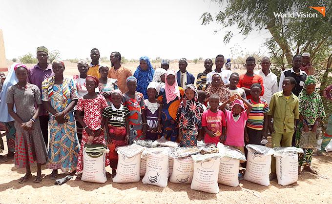 선물을 받고 즐거워하는 주민들. 사진