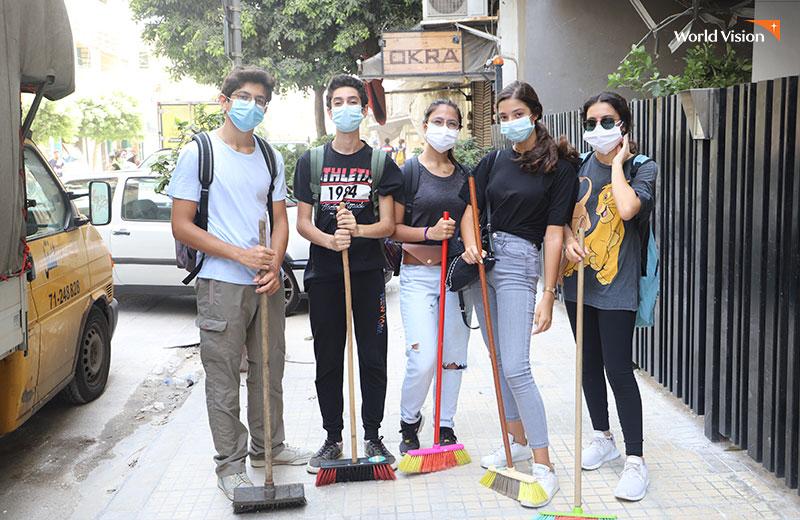 폭발 잔해물 청소를 위해 자발적으로 모인 레바논 베이루트 청소년들. 사진