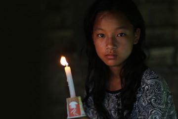 촛불을 들고있는 여자아이