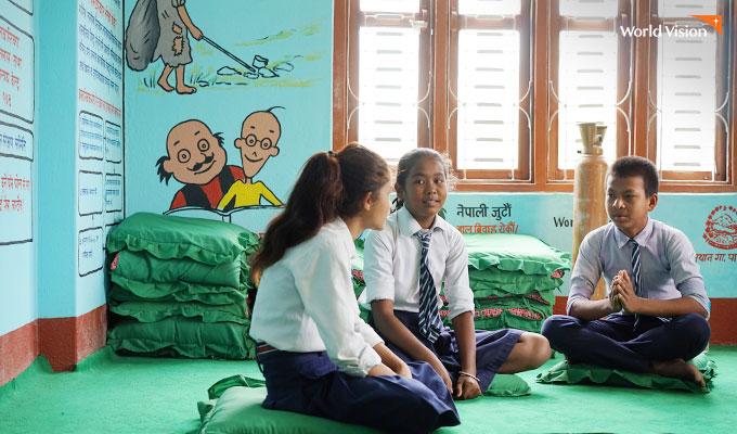 성교육과 생리위생에 대해 얘기를 나누는 학생들. 사진