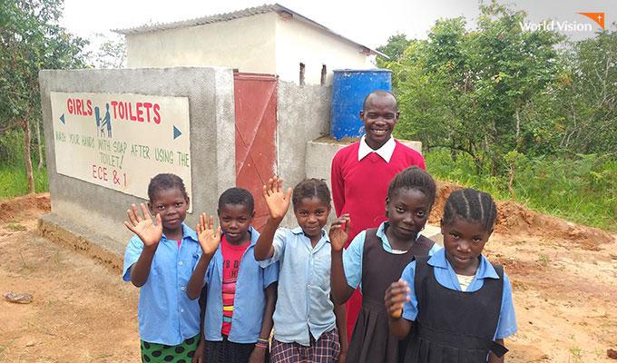 깨끗한 화장실이 생겨 기분좋은 아이들. 사진