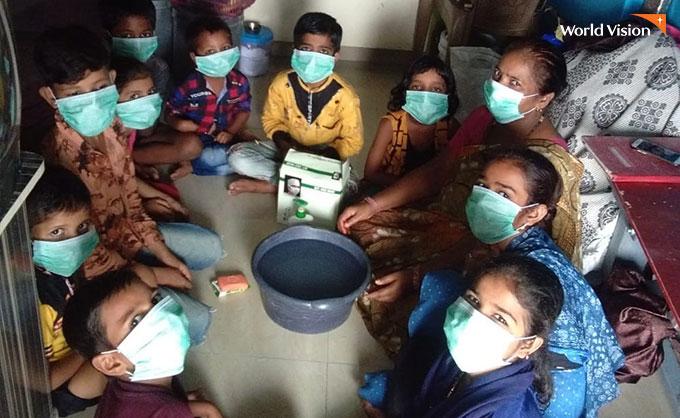 위생용품과 마스크를 받고 위생교육까지 배웠다는 아이들. 사진