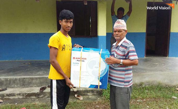 선풍기를 받고 열심히 공부하겠다는 네팔 학생. 사진