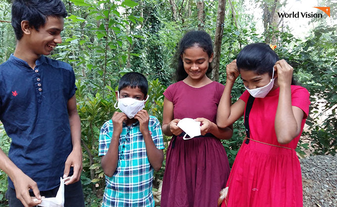 마스크와 위생키트를 받고 안심하며 즐거워하는 아이들. 사진