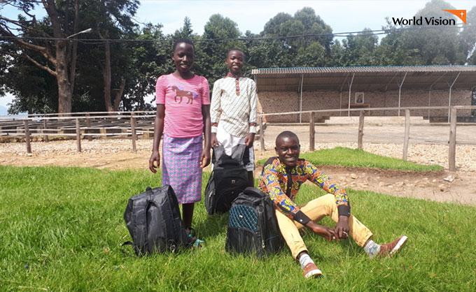 가방과 학용품을 받고 즐거워하는 아이들. 사진