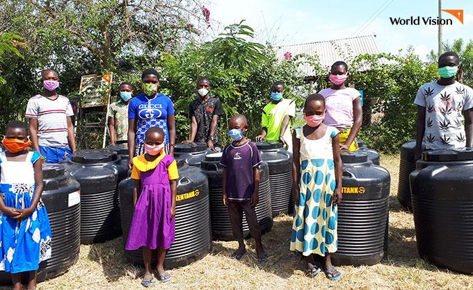 위생용품과 마스크를 받고 위생교육까지 배웠다는 케냐 주민들. 사진
