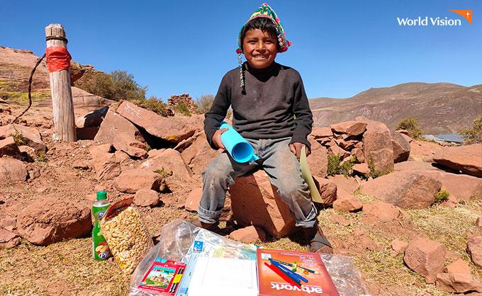 학용품을 받고 즐거워하는 아이. 사진