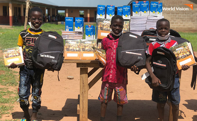 가방과 학용품을 받고 즐거워 하는 아이들. 사진