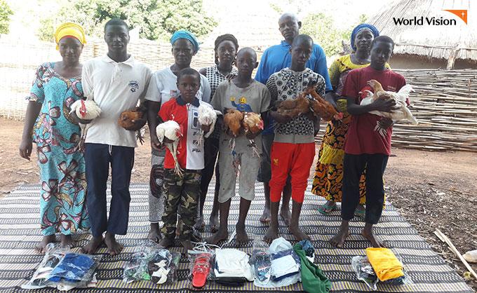 가축 운영으로 돈을 벌어 사고싶은 옷을 직접 골랐다는 세네갈 아이들. 사진