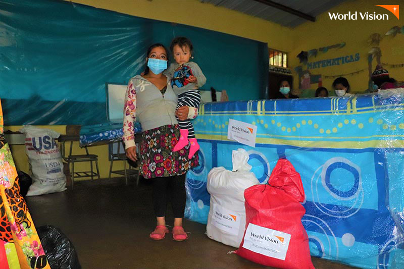 엘살바도르 월드비전의 지원을 받은 피해자와 아이