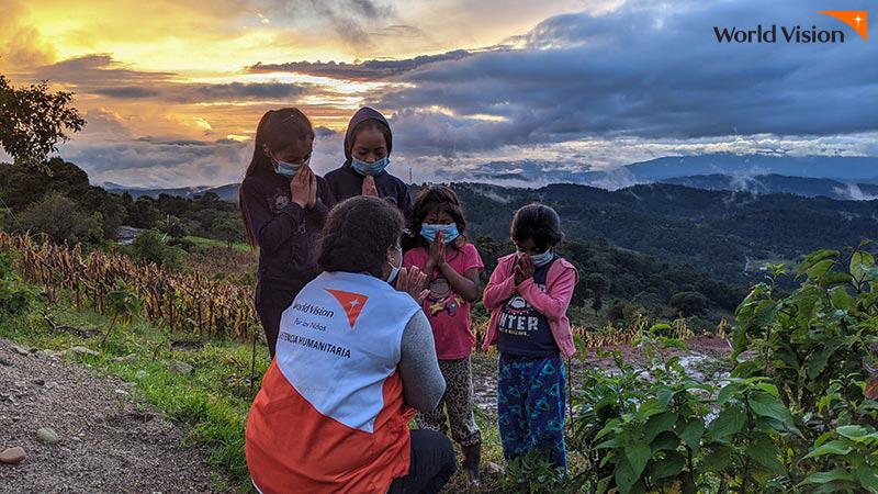 온두라스 피해자들과 월드비전 직원이 함께 기도하는 모습
